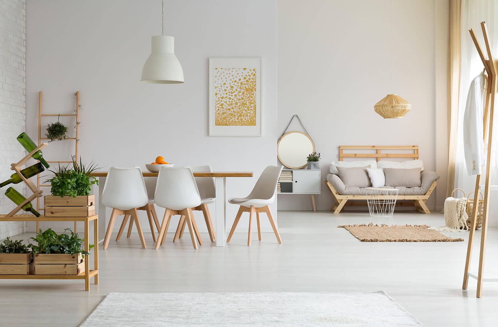 Lichtgrijze laminaat vloer in woonkamer